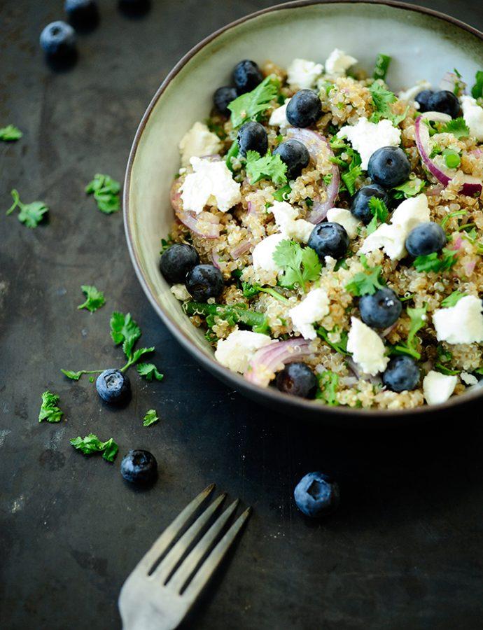 Quinoa salade met bosbessen en schapenkaas