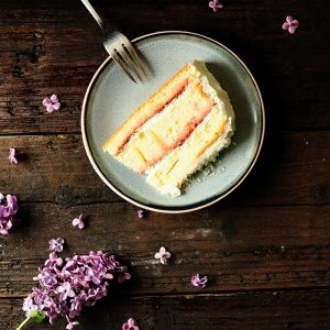 Rhubarb-strawberry cake with white chocolate
