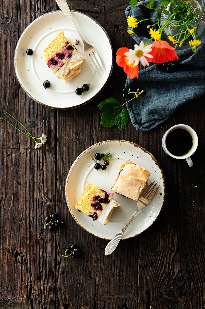 serving dumplings | Blackcurrant cake with pudding and meringue