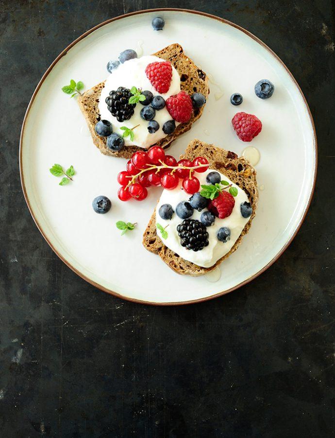 Boterhammen met plattekaas en zomerfruit