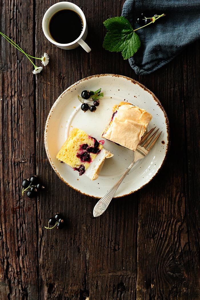 serving dumplings |Ciasto z czarną porzeczką i budyniem z bezą