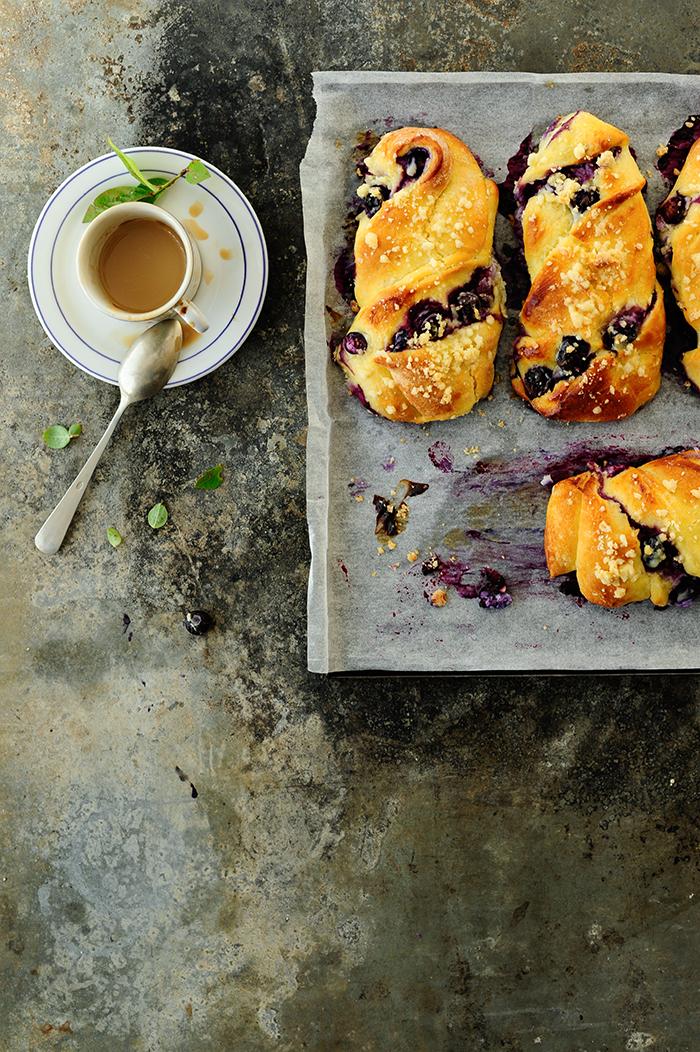 serving dumplings | Ontbijtbroodjes met bosbessen en ricotta