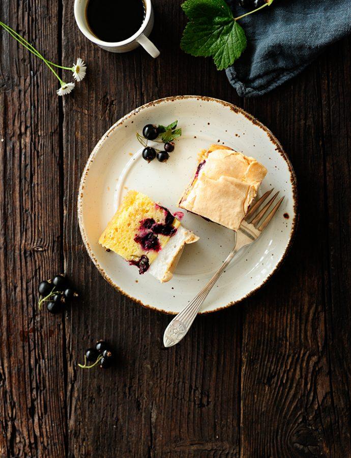 Zwarte bessen-puddingtaart met meringue
