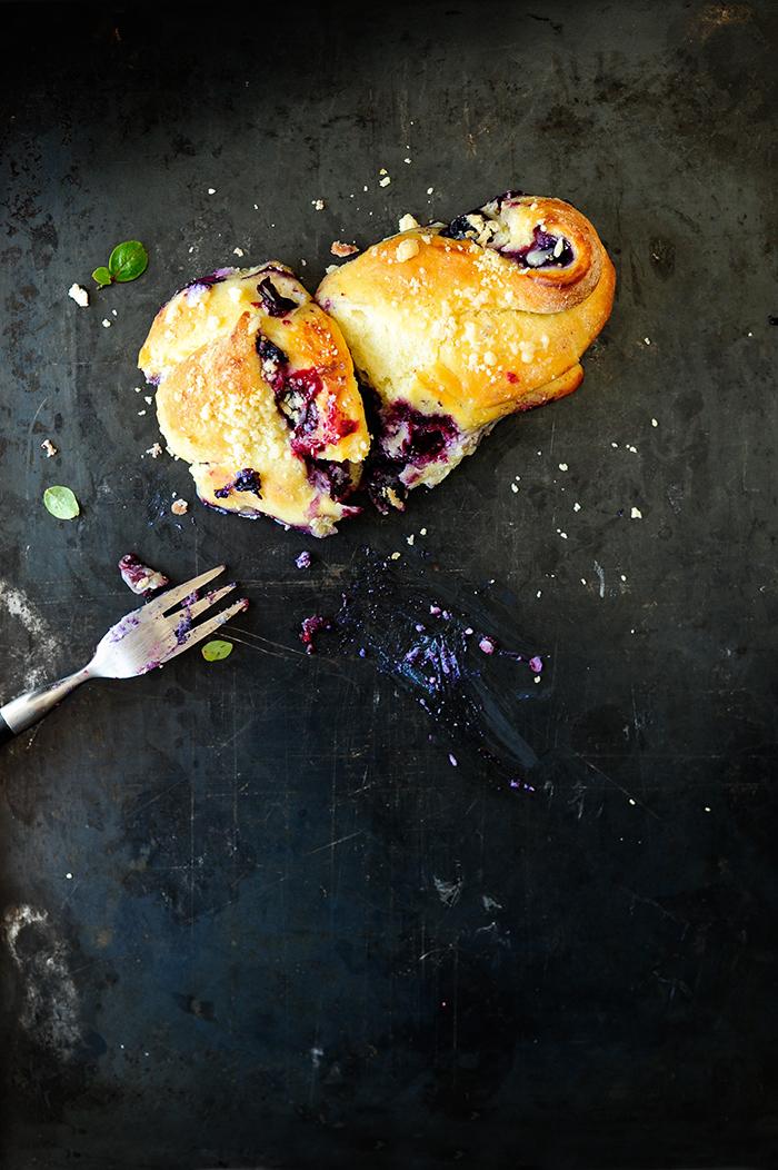 serving dumplings | Zakręcone drożdżówki z borówkami i ricottą