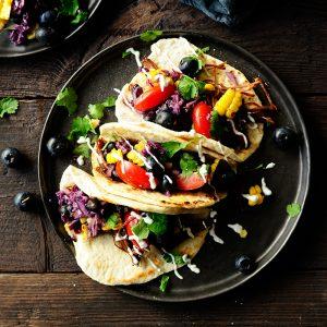 Taco z pulled beef i surówką z borówkami