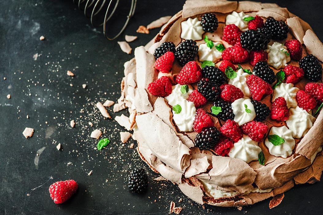 serving dumplings | Chocolade-Pavlova met karnemelkvulling