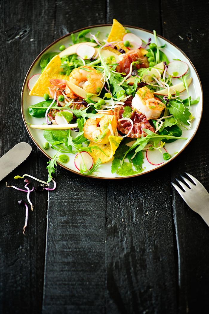 serving dumplings   Salade met scampi's en spinazievinaigrette