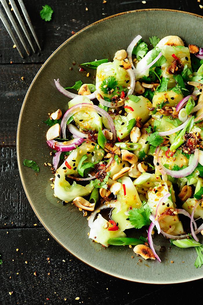 serving dumplings | Salade van geplette komkommers