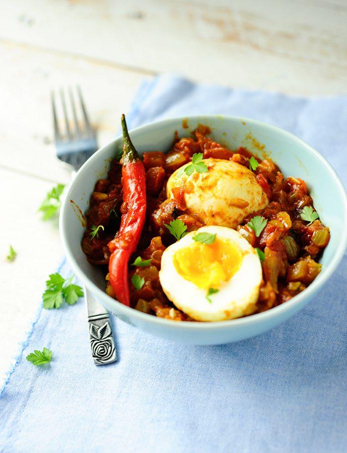 Eieren in tomaten-currysaus