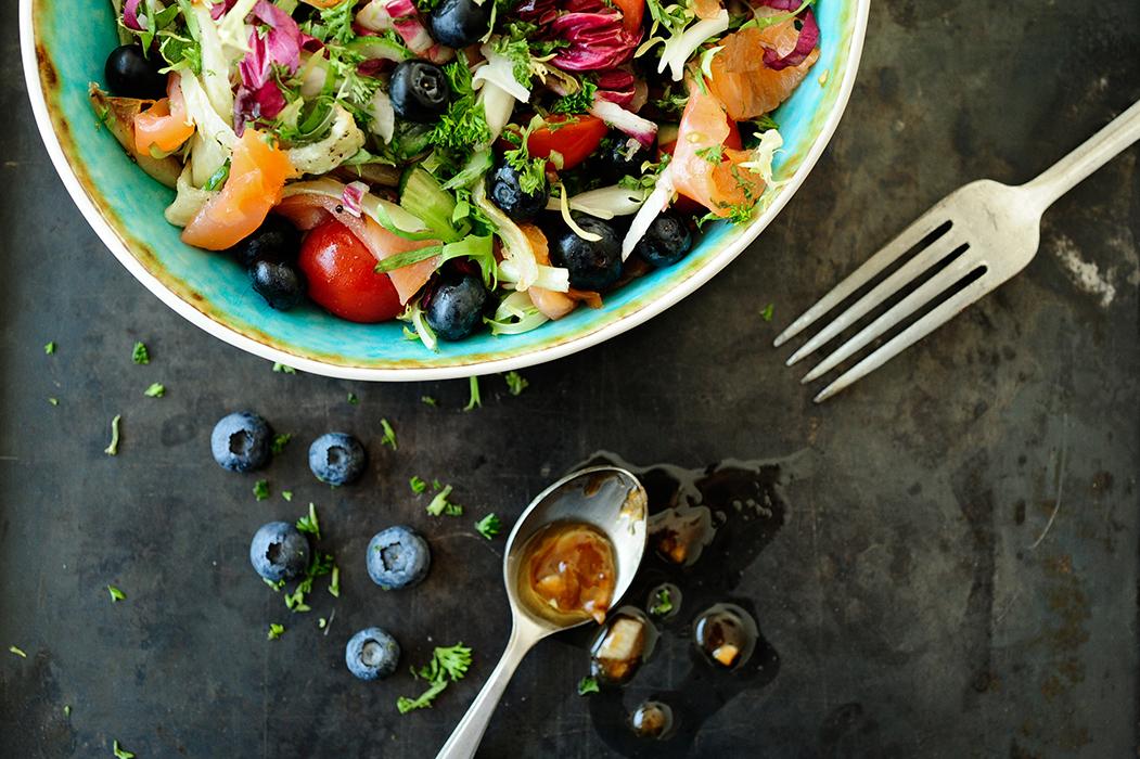 serving dumplings | Salade met gerookte zalm en vinaigrette van blauwbessen