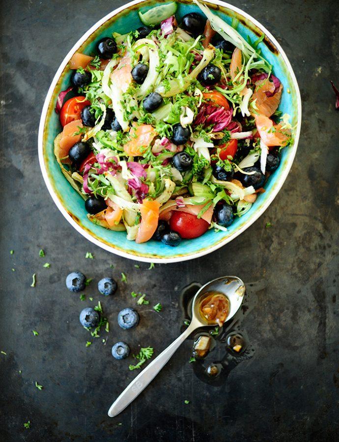 Salade met gerookte zalm en vinaigrette van blauwbessen