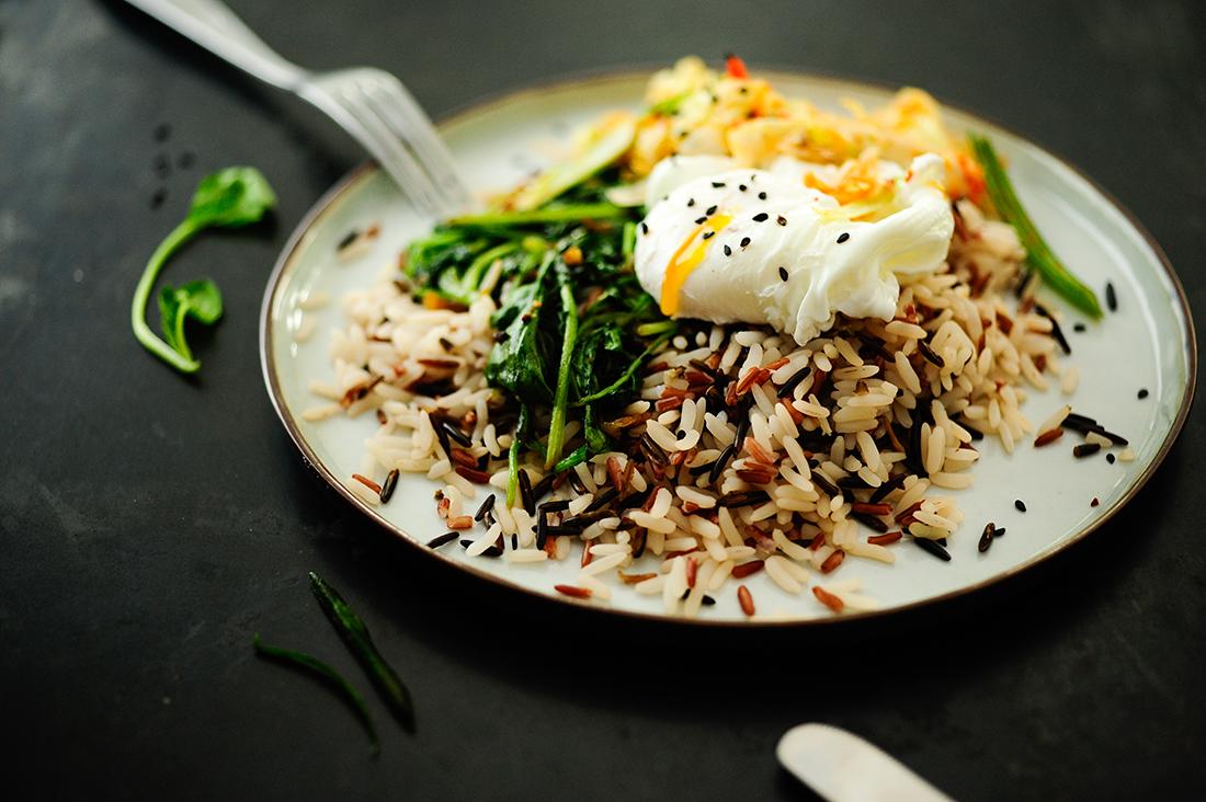 serving dumplings | wilde-rijst-met-spinazie-gepocheerd-ei-en-kimchi