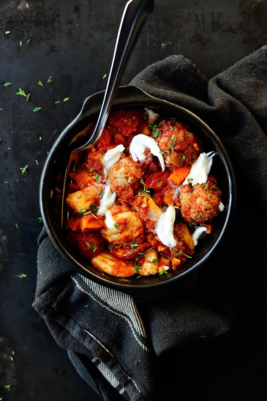 serving dumplings | gnocchi-met-balletjes-in-tomatensaus-en-mozzarella