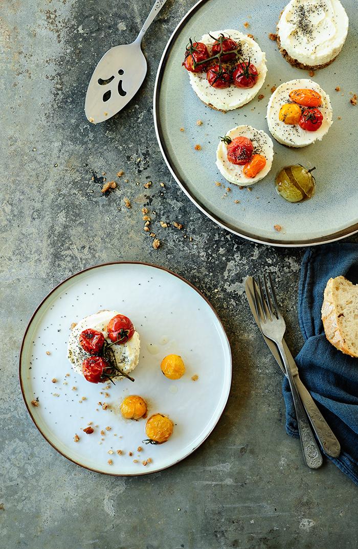 serving dumplings | hapjes-van-geitenkaas-en-geroosterde-kerstomaten