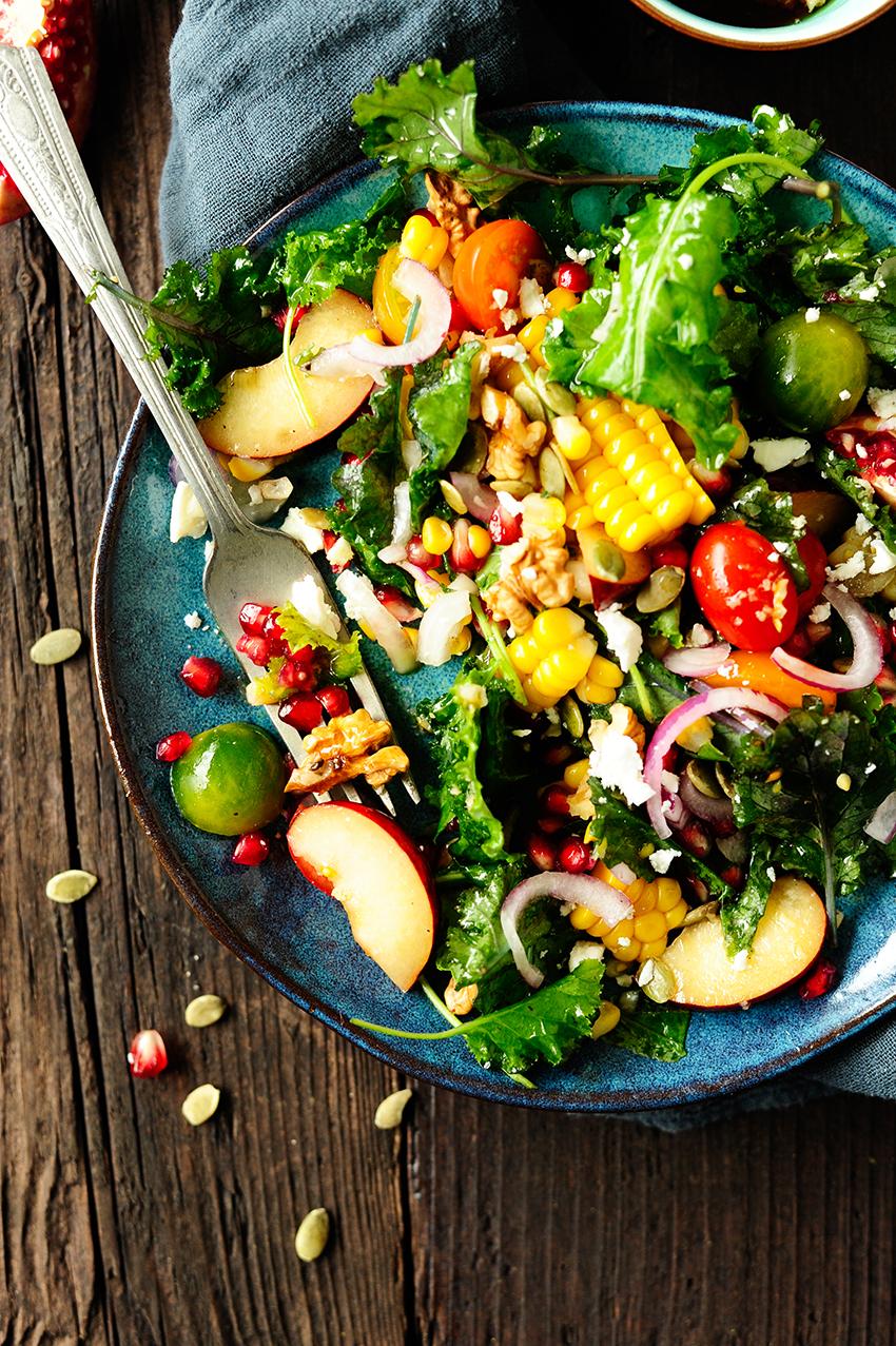 studio kuchnia | soczysta-salatka-z-jarmuzu-ze-sliwkami1