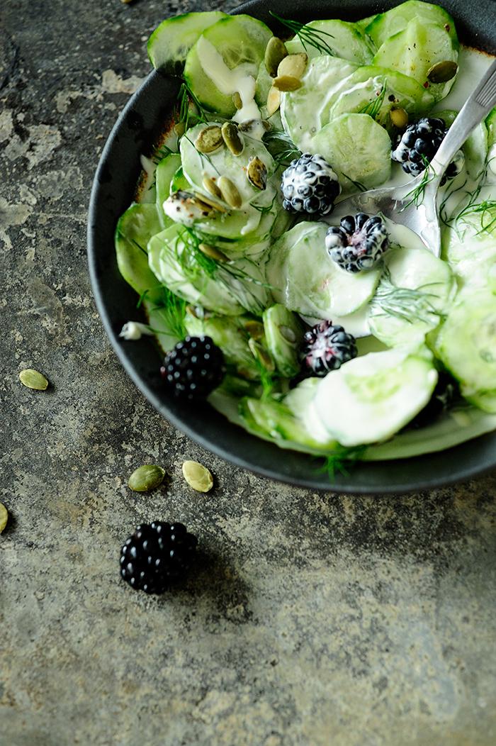 serving dumplings | komkommersalade-met-bramen