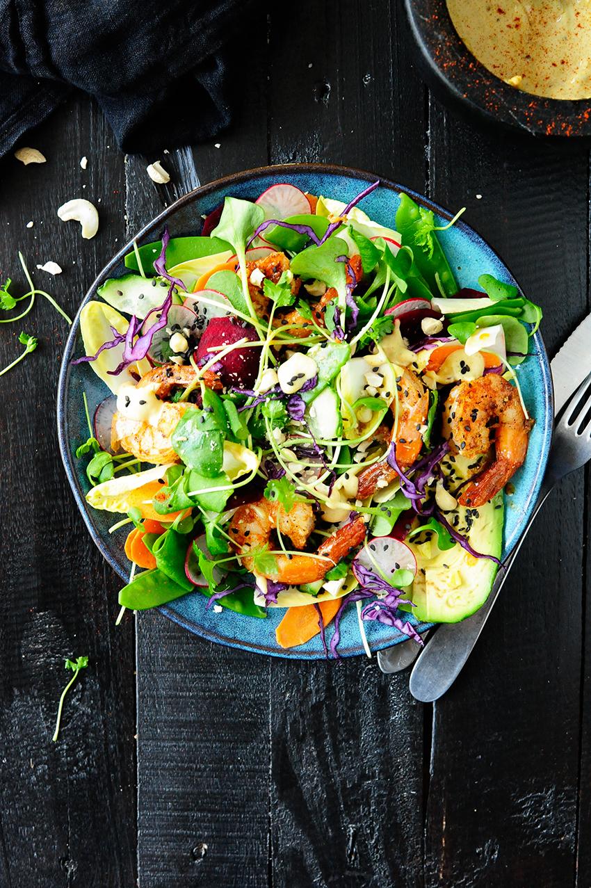 serving dumplings | Kleurrijke salade met scampi en tahini dressing