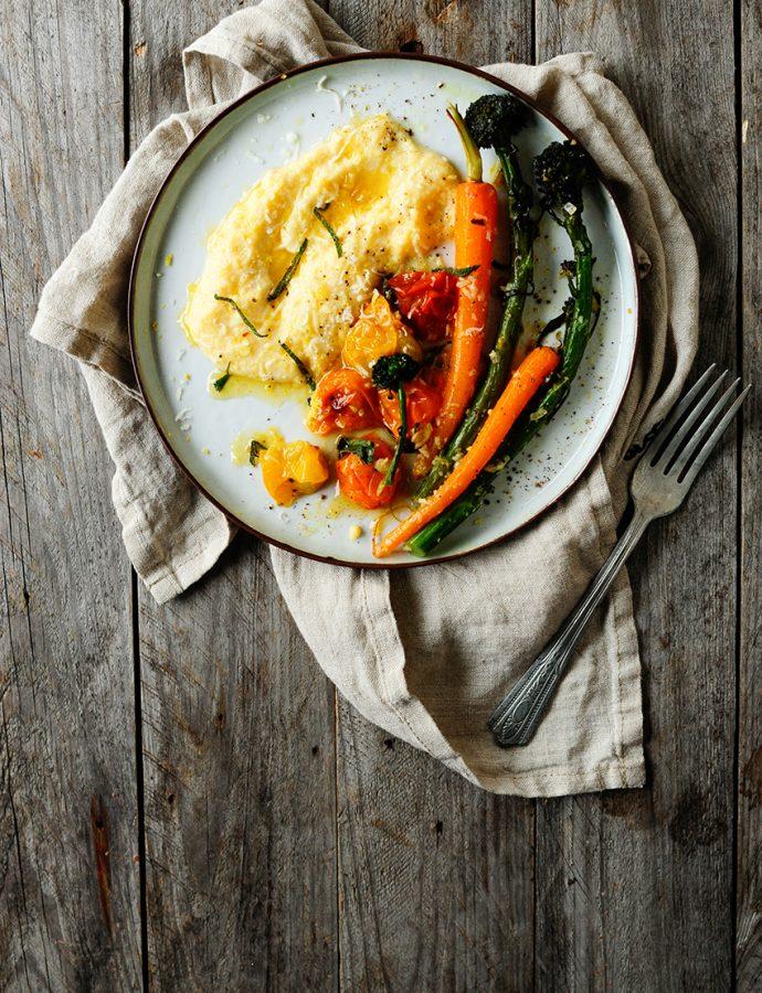 Romige polenta met Parmezaan en geroosterde groentjes