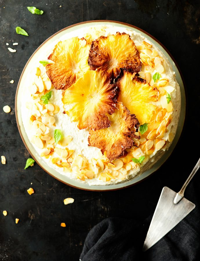 Amandeltaart met witte chocolade en gekarameliseerde ananas