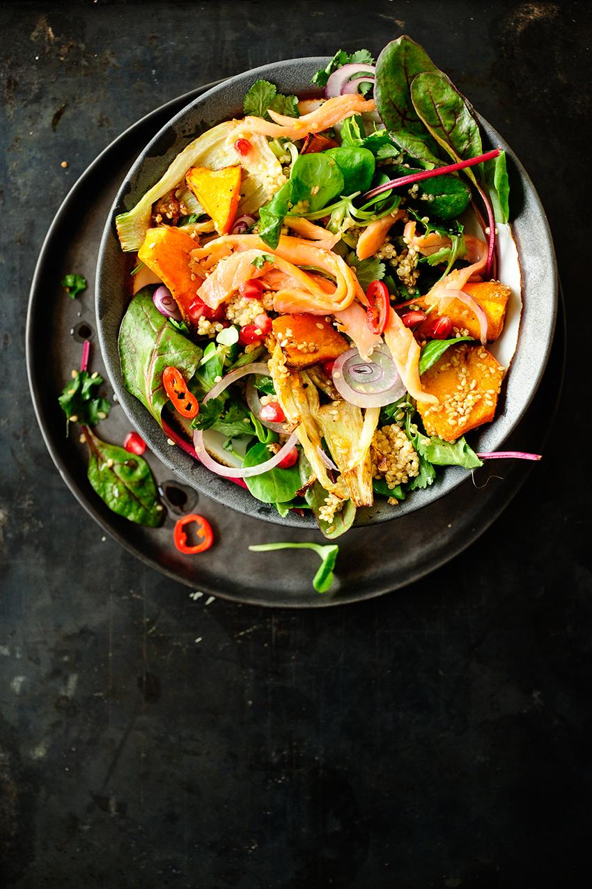 serving dumplings | Aziatische zalmsalade met geroosterde pompoen en venkel