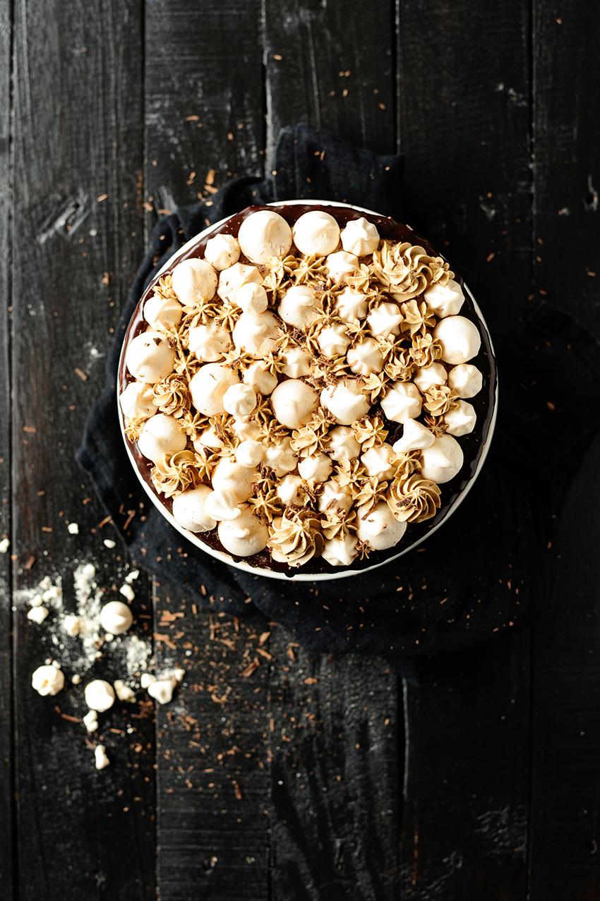 serving |Chocolade taart met meringue en een mokka botercreme