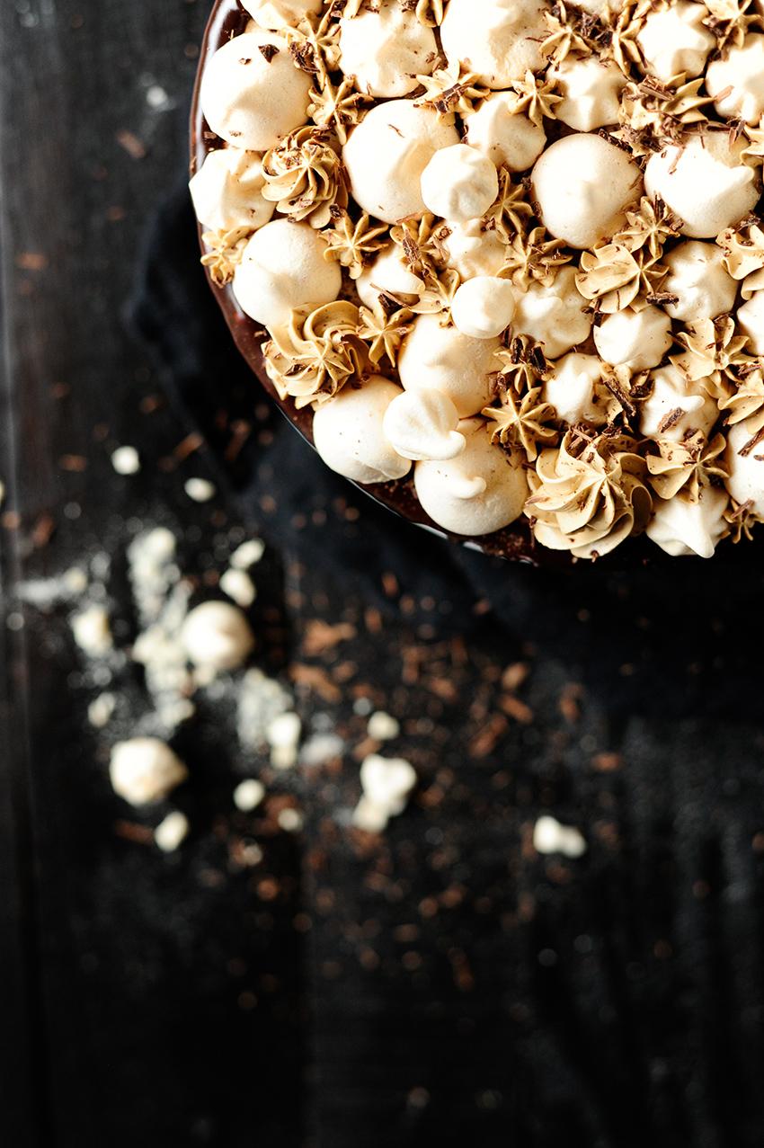 serving dumplings | Chocolade taart met meringue en een mokka botercreme