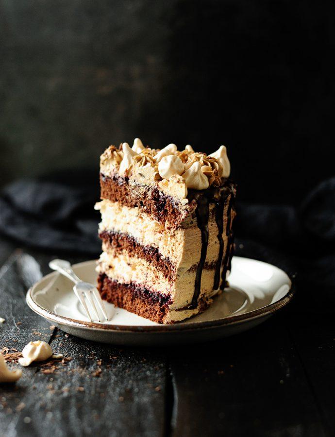 Chocolade taart met meringue en een mokka botercrème