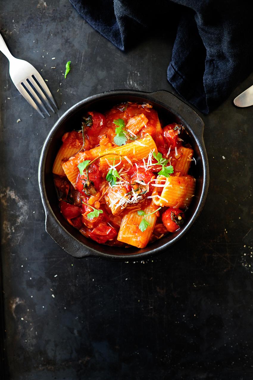 serving dumplings | Pasta met geroosterde paprika en tonijn