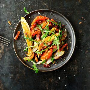 Sałatka na ciepło z cykorią i sosem z żurawiny