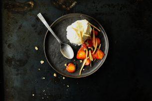 Lody waniliowe z karmelizowanymi szparagami i truskawkami