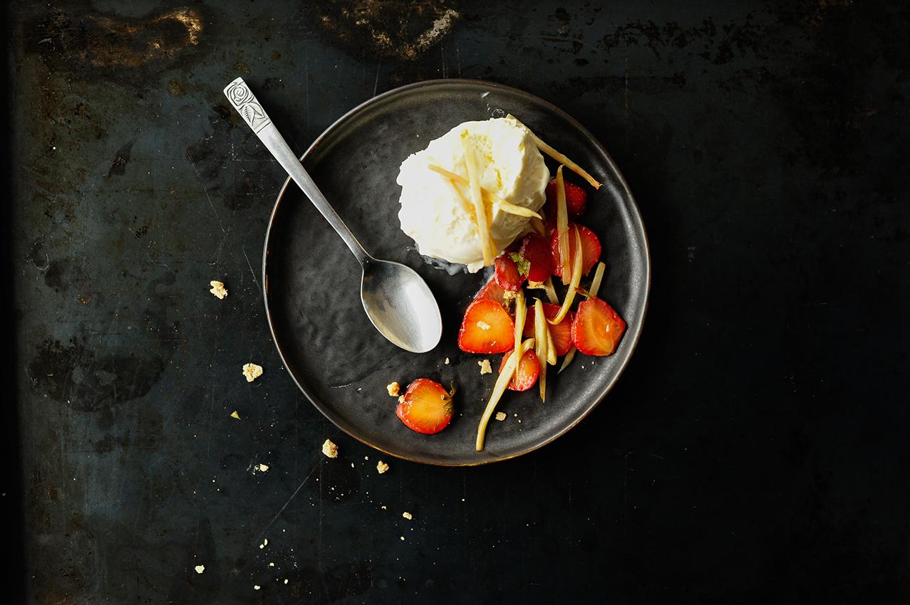 studio kuchnia | Lody waniliowe z karmelizowanymi szparagami i truskawkami