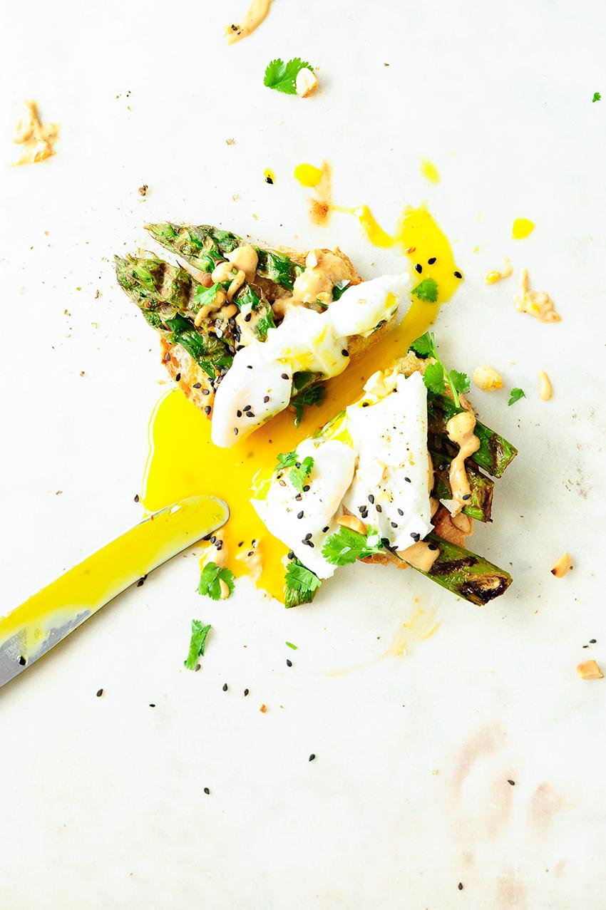 Toast met asperges, gepocheerd eitje en pindasaus 2