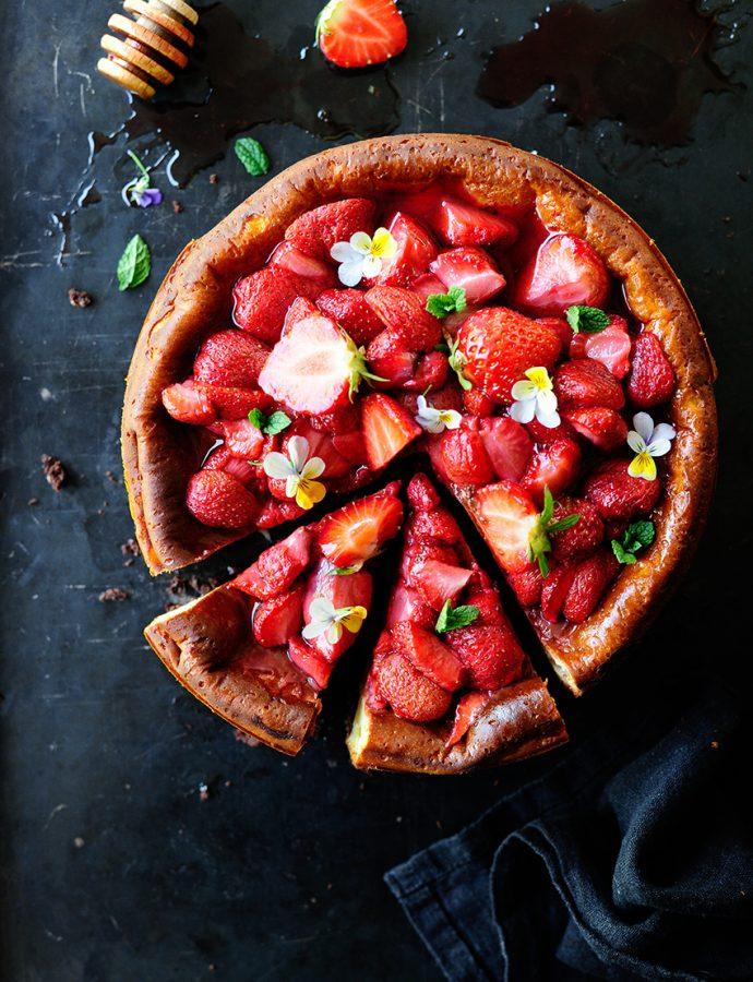 Cheesecake brownie met geroosterde aardbeien