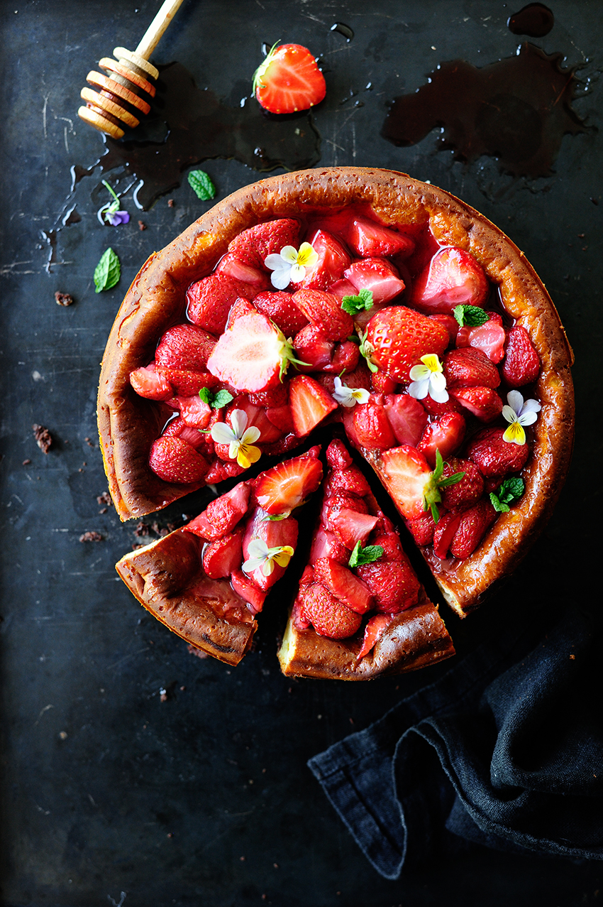 Cheesecake brownie with roasted strawberries3