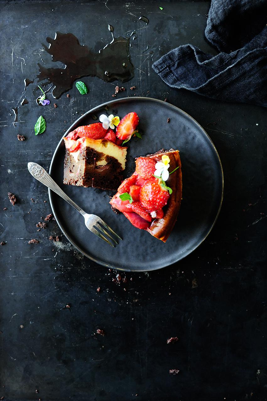 Cheesecake brownie with roasted strawberries4