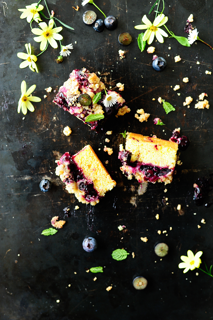 Ucierane ciasto z borowkami i kruszonka