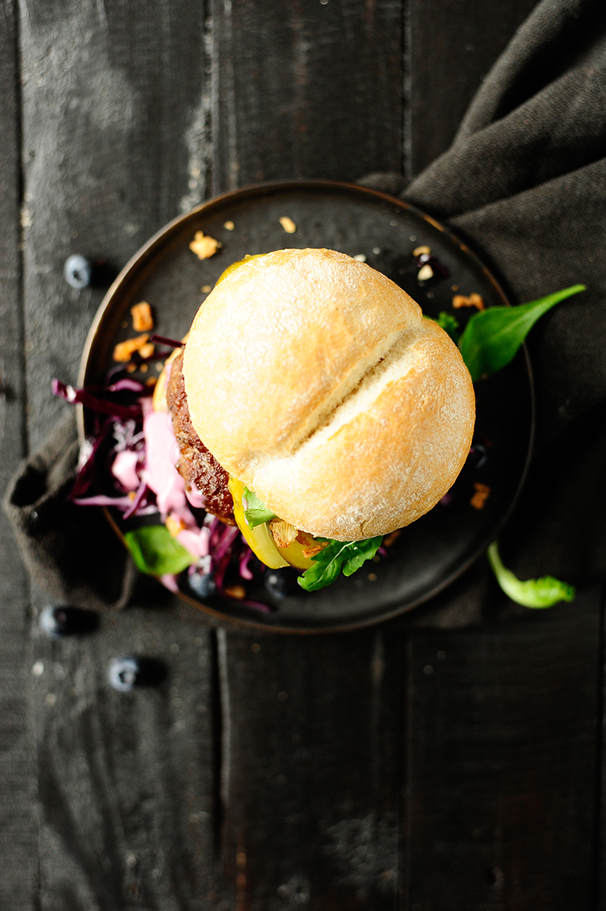 studio kuchnia |Hamburger z wołowiną i pikantnym sosem borówkowym