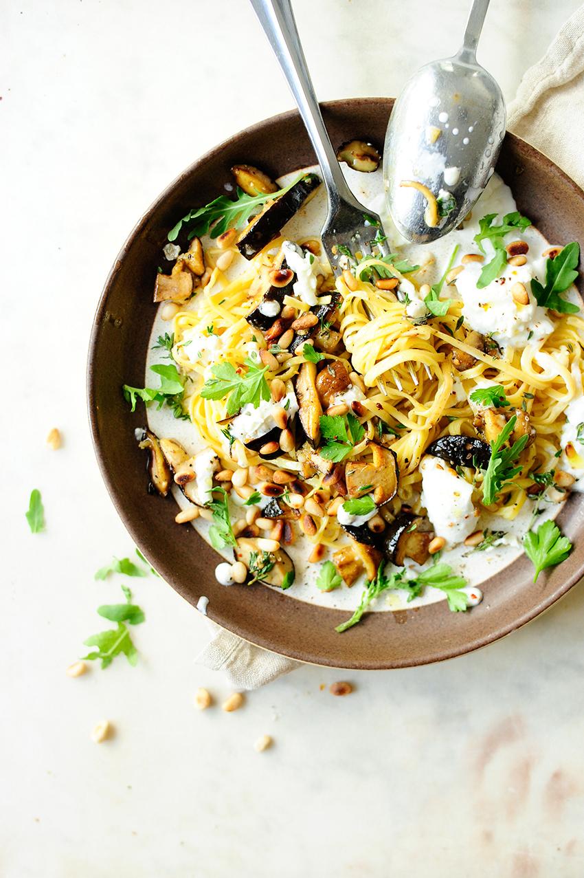 serving dumplings | Tagliatelle met bospaddestoelen en burrata