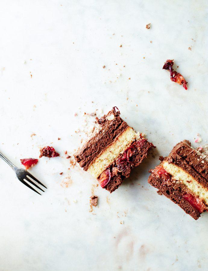 Chocoladecake met geroosterde pruimen