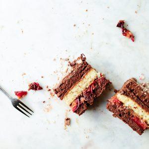 Ciasto czekoladowe z musem i pieczonymi śliwkami