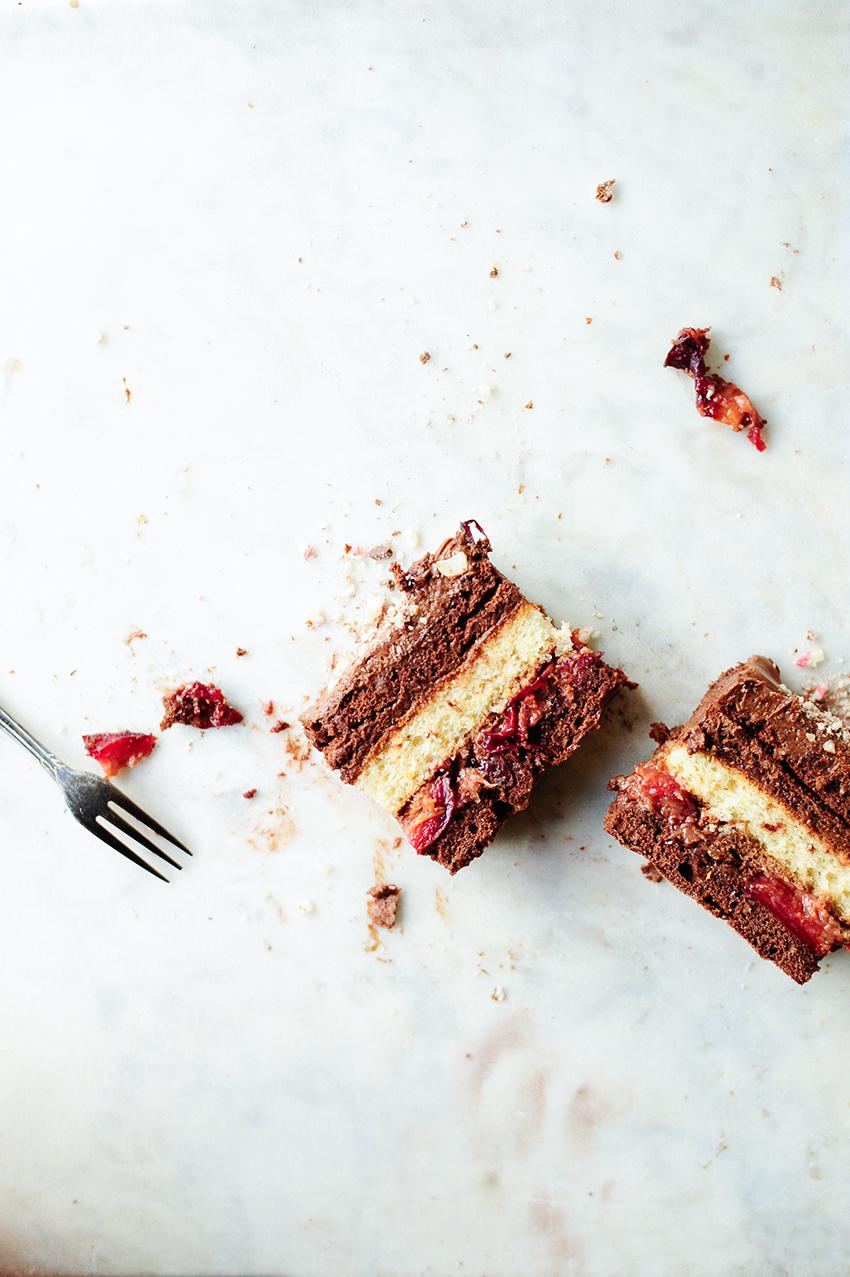 studio kuchnia | Ciasto czekoladowe z musem i pieczonymi sliwkami