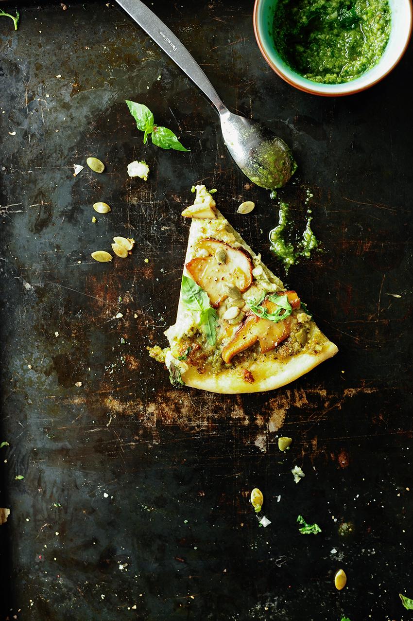 serving dumplings | Pizza met eekhoorntjesbrood, burrata en pesto