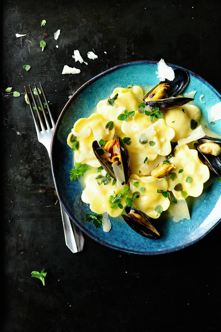 serving dumplings | Ravioli met zeevruchten in een botersausje