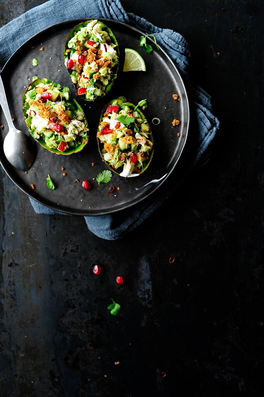 studio kuchnia | Awokado faszerowane wędzoną makrelą i chrupiącymi warzywami