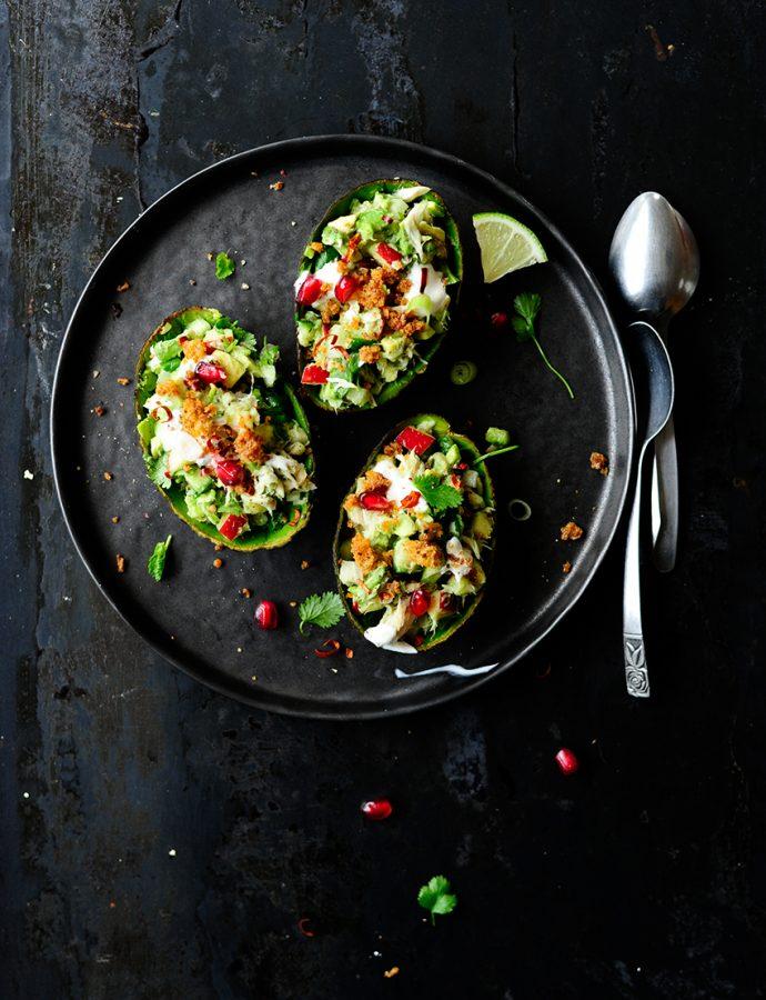 Gevulde avocado's met gerookte makreel en knapperige groentjes