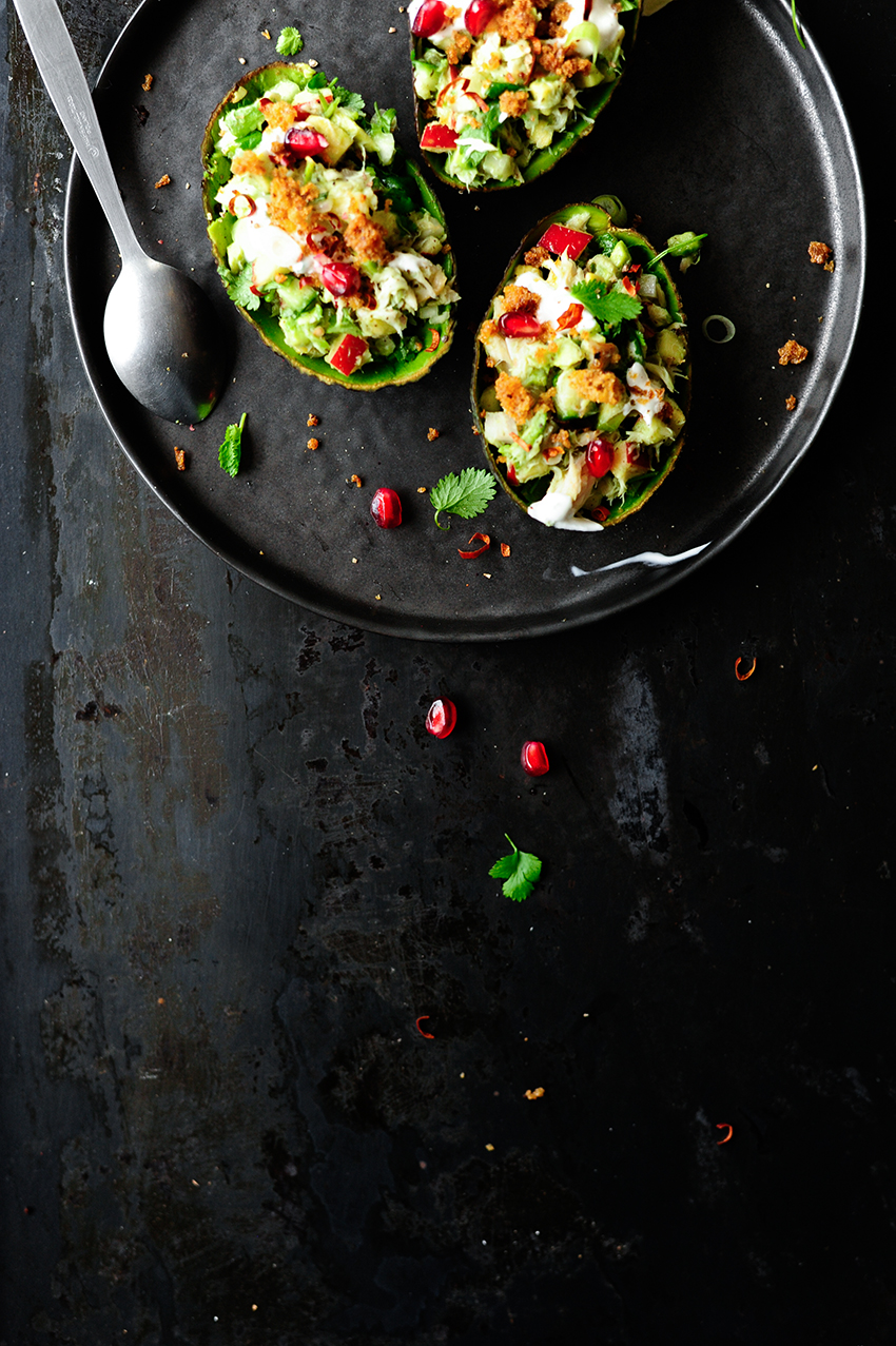 serving dumplings | Gevulde avocado's met gerookte makreel en knapperige groentjes