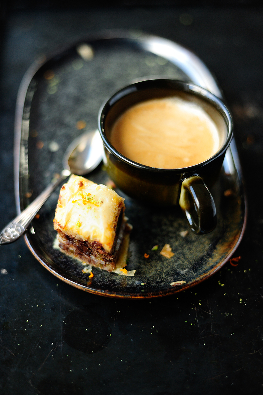serving dumplings | Chocolade baklava met sinaasappelsiroop