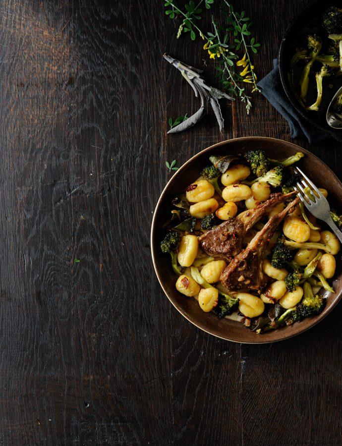 Geroosterde broccoli met gnocchi en lamskoteletjes