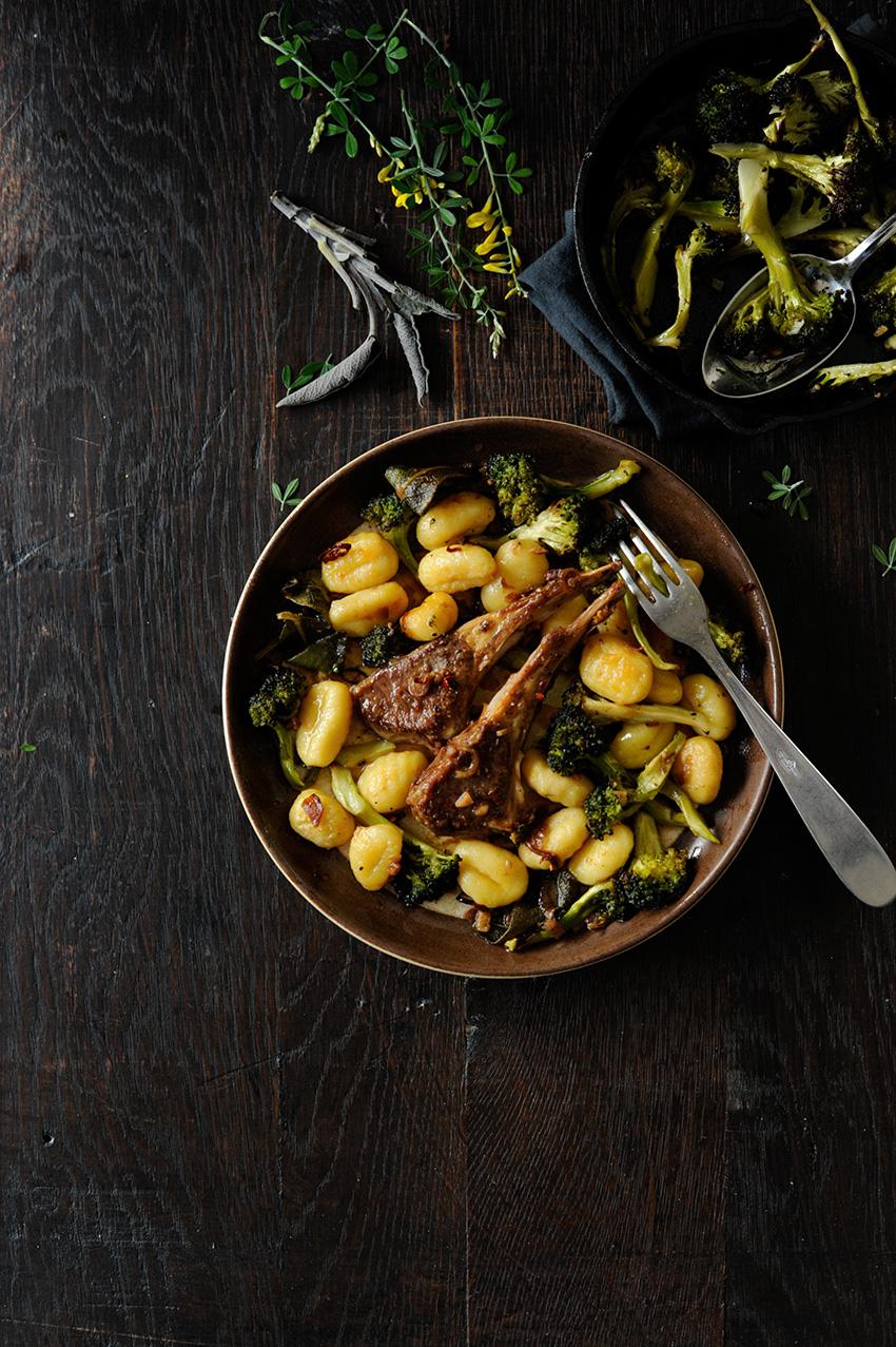 serving dumplings | Geroosterde broccoli met gnocchi en lamskoteletjes