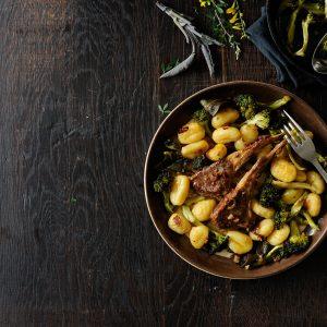 Gnocchi z pieczonym brokułem i kotlecikami jagnięcymi